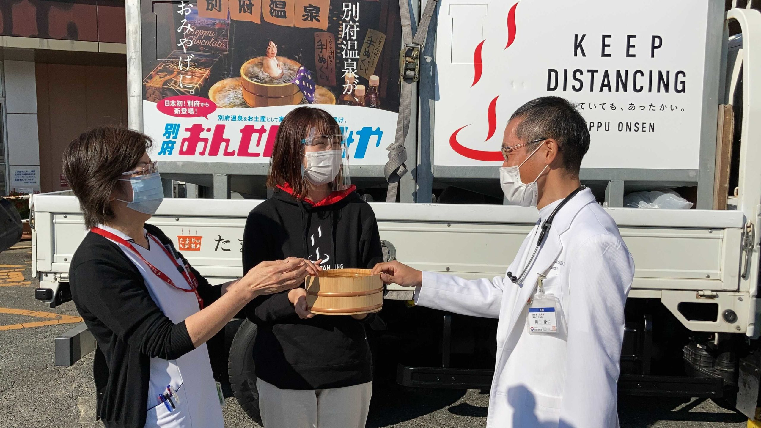"""Expressing the heart of gratitude to people through Hot spring"" Students at Ritsumeikan Asia Pacific University deliver Beppu hot springs to Covid-19 medical workers."